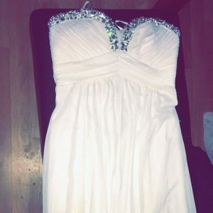 Beautiful strapless wedding dress worn once